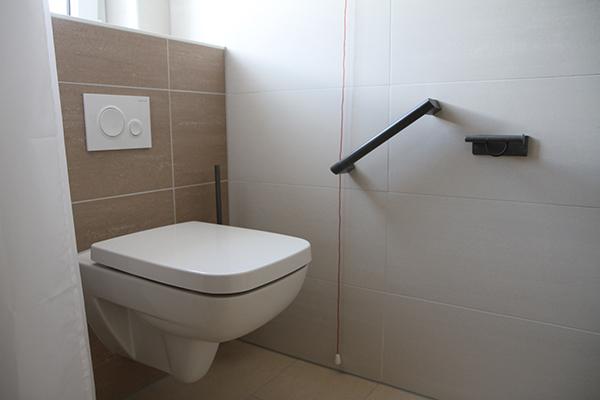 Toilette mit Haltegriffen